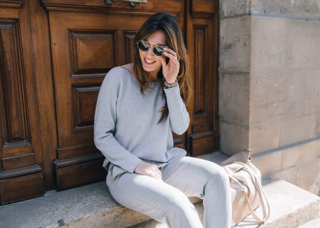 Perfecto Rose Camaieu et pantalon tailleur gris Bershlka