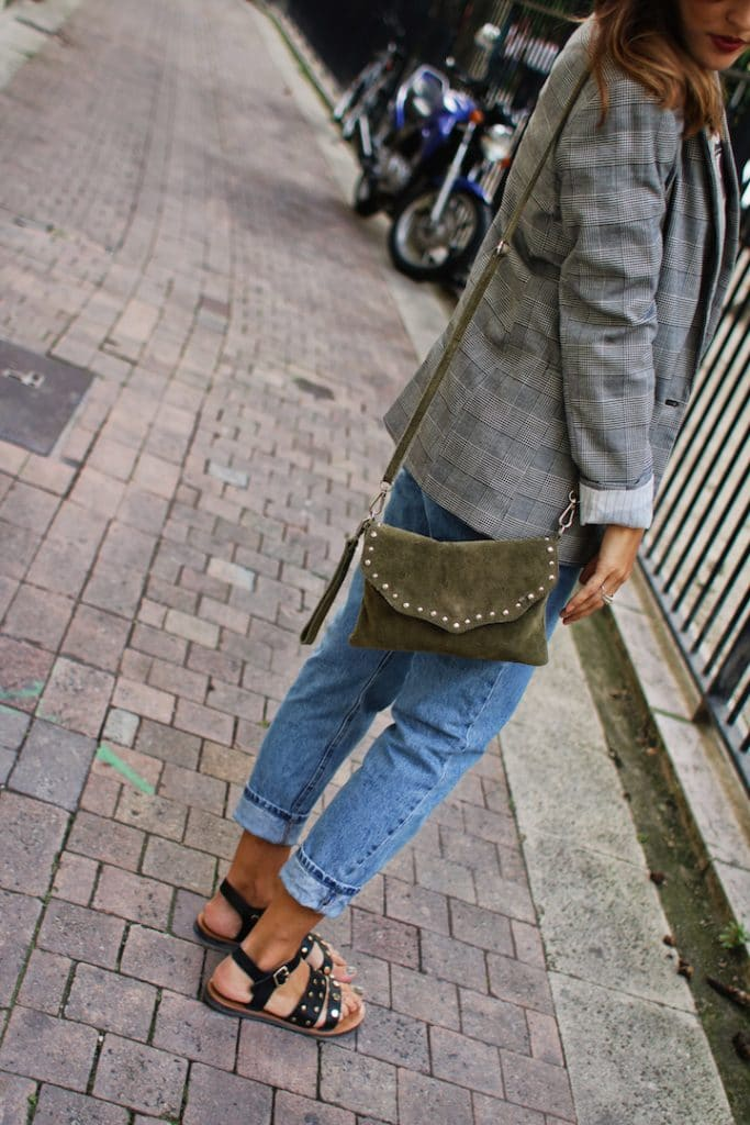 Blazer à carreaux Bershka et Jean Mom fit Camaïeu