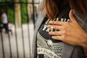 Collier Love tag Jane Konig et veste à carreaux Bershka