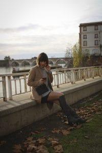 Manteau long Uniqlo et cuissardes grises Sacha Shoes