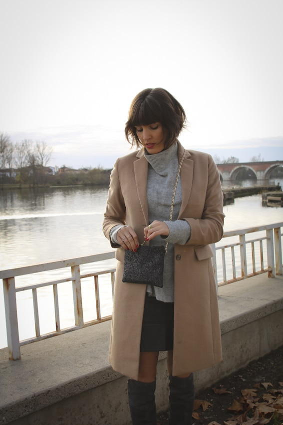 Manteau long Uniqlo et cuissardes grises Sacha Shoes