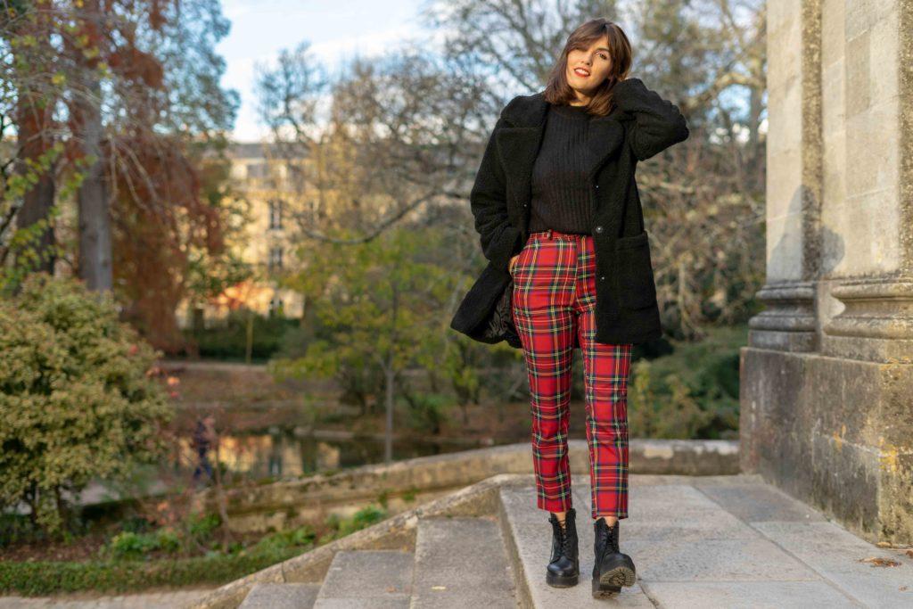 manteau noir et pantalon à carreaux