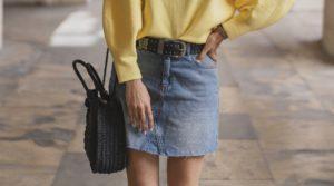 jupe en jean et ceinture noire cloutée