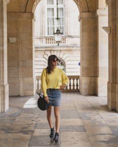 jupe en jean courte et pull jaune