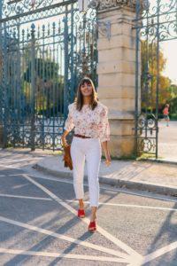 look blanc jean blanc et top à fleurs